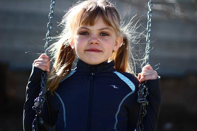 holčička na houpačce