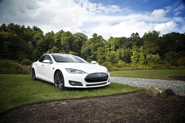 bílé elektrické auto