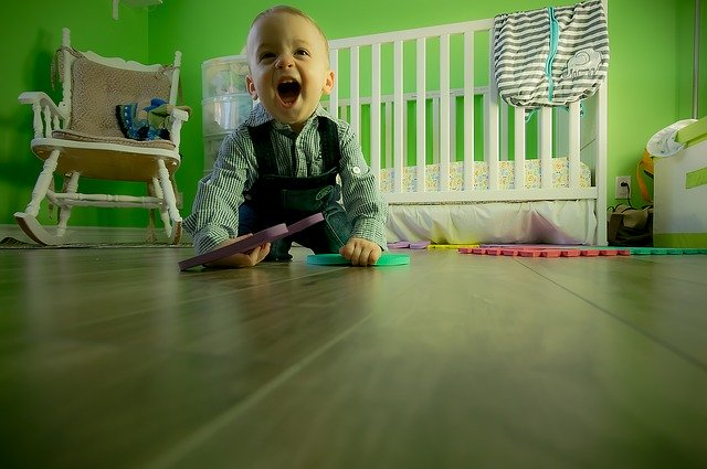 chlapeček s kostkami hrající si na podlaze