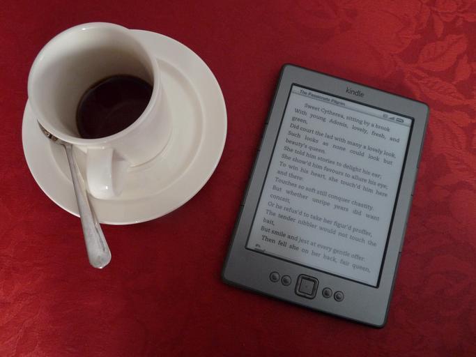 e-čtečka s kávou