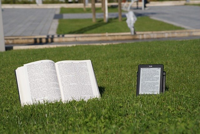 čtečka a kniha vedle sebe